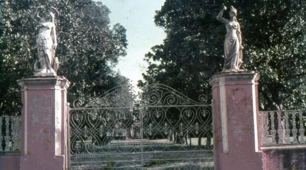 El papelón de las estatuas